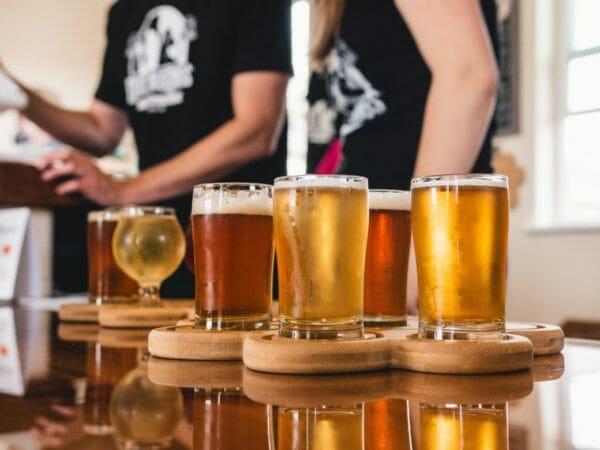 ストレスを感じているときに飲みたくなるキンキンに冷えたビールのイメージ