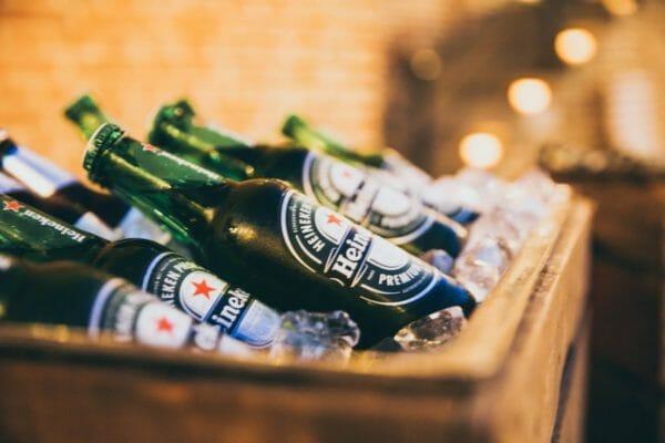 疲れているときに飲みたくなる冷えたビールのイメージ