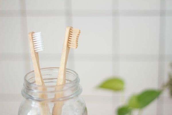 毎朝の歯磨きのときに吐きぐせがある人の原因である喉に当たる硬い歯ブラシのイメージ