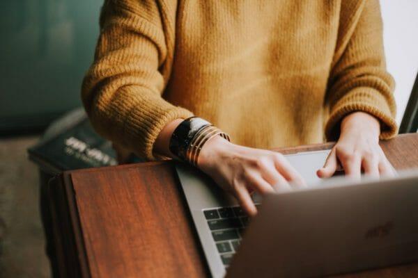 糖化とAGEと老化の関係性についてインターネットで検索する男性のイメージ
