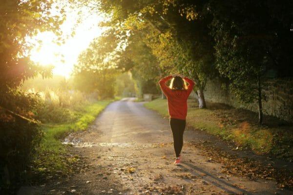血糖値の急降下を避けるために食後15分間散歩する女性のイメージ