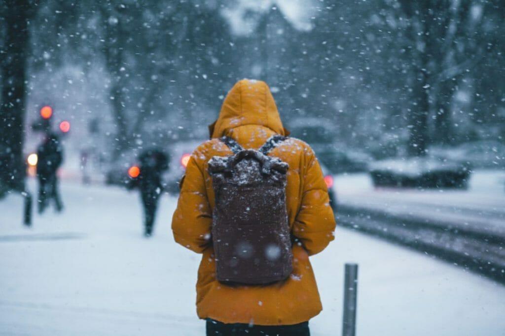 冷え性なので寒い冬に寒そうにしている男性のイメージ
