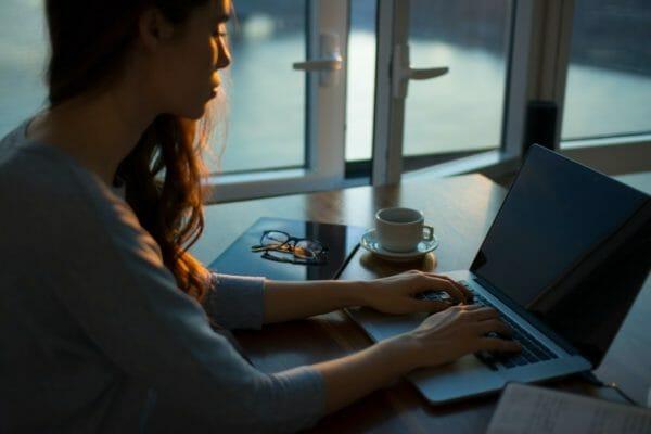 人工甘味料のカラダへの影響をネットで検索する女性のイメージ