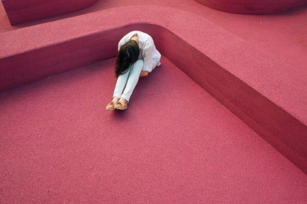 脳が酸欠になっているから集中力が低下している女性のイメージ