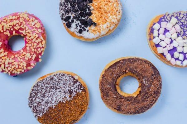 プロテインをえらぶときに確認したい糖質の量のイメージとしてドーナツの画像