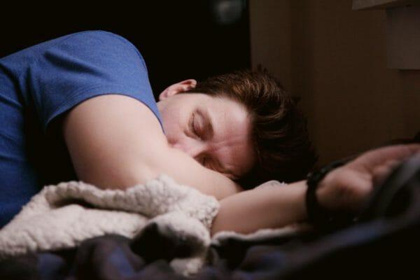 動悸や息切れなどの体調不良でしんどくなっている男性の画像