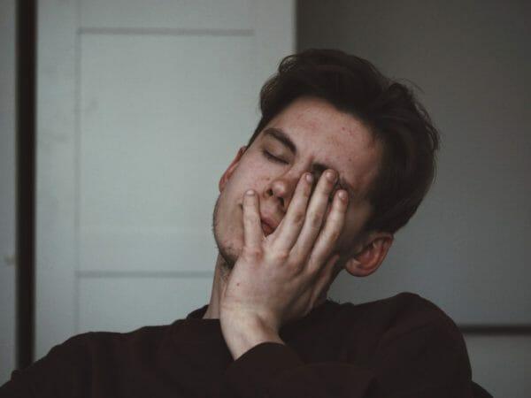 ストレスのせいで脳のエネルギーが不足して炭酸水が飲みたくなっている男性のイメージ