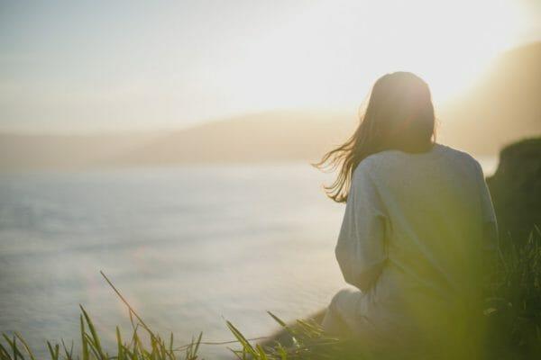 副交感神経モードでぐっすり眠るためにどうすればいいのか睡眠法について考えている女性のイメージ