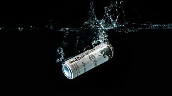 ストレスを感じた時に飲みたくなってしまう冷たい炭酸飲料のイメージ