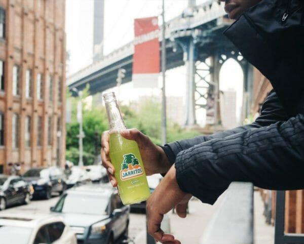 天然水スパークリングレモンのような炭酸飲料を持つ男性のイメージ