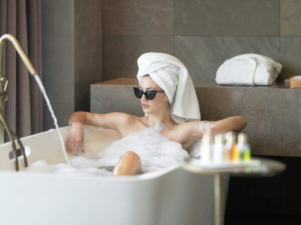 ストレスが溜まっているので熱めのお風呂が好きな女性のイメージ