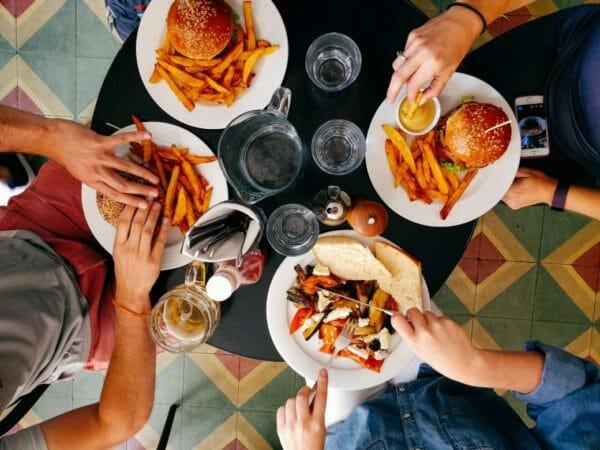 人工甘味料を多く含む食品を食べる人値のイメージ