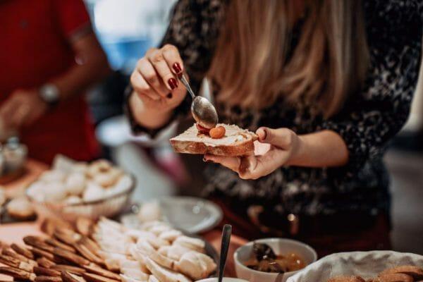 さつまいもダイエットのために食べ方を工夫する女性のイメージ