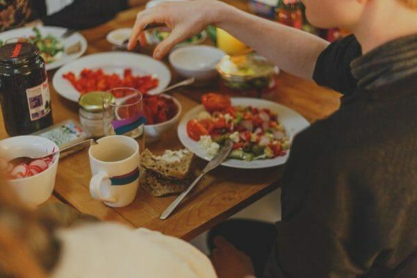 食後眠たくならない方法として食べる順番を気にする男性のイメージ