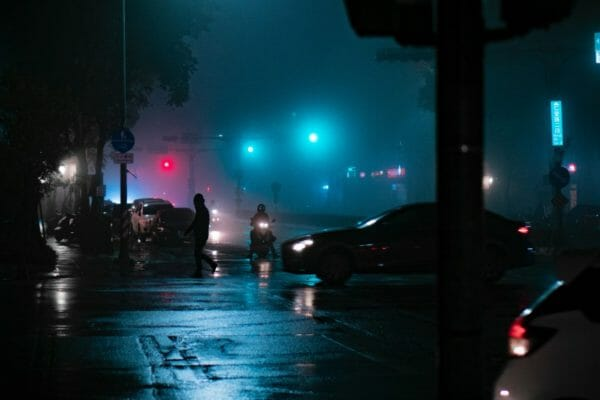 もし暴漢に襲われたらアドレナリンが出て戦闘モードになる夜道のイメージ