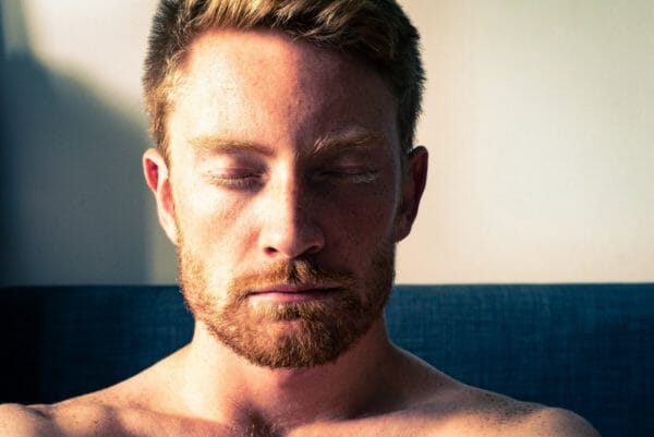 自律神経をコントロールして大量に汗をかかないようにきをつける男性のイメージ