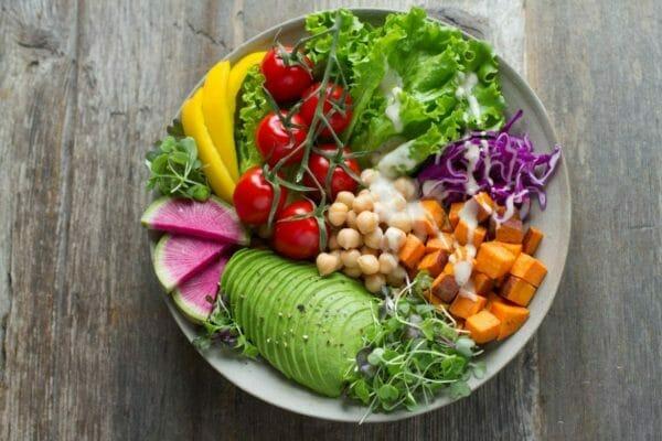 筋肉を作るのに欠かせない酵素が入った生野菜のイメージ