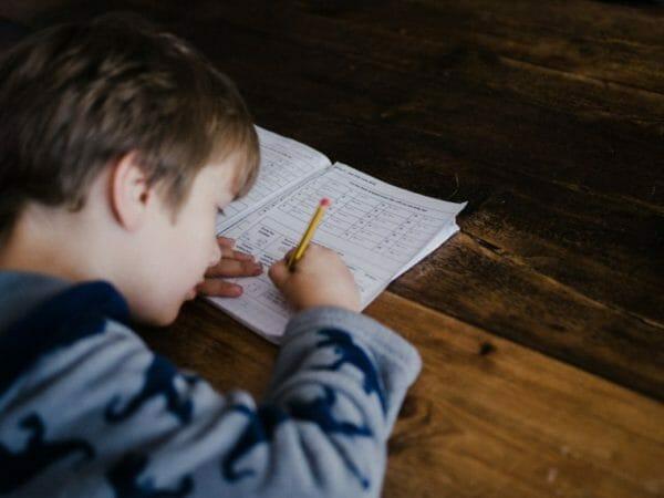 炭酸水が飲みたくなる人はストレスや疲れが溜まっているのか調べている男の子のイメージ