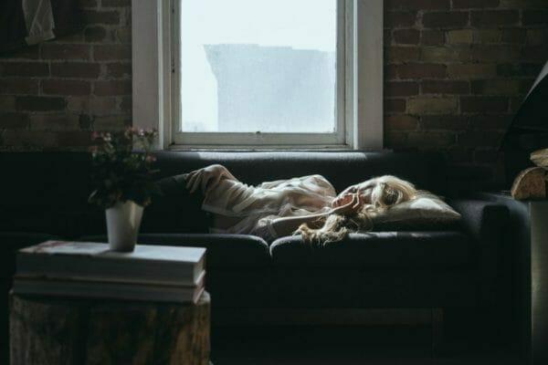 十分な睡眠といわれる7~8時間睡眠がとれず太ってしまった女性のイメージ