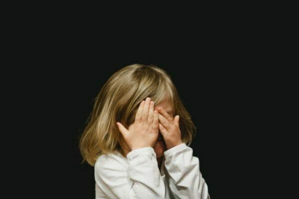 プロテインの効果がなくて泣いている少女のイメージ