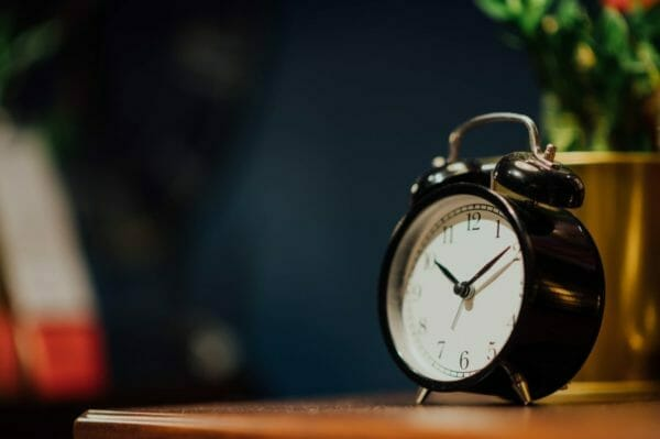 夜勤などで不規則な睡眠時間になってしまうことをあらわした時計のイメージ