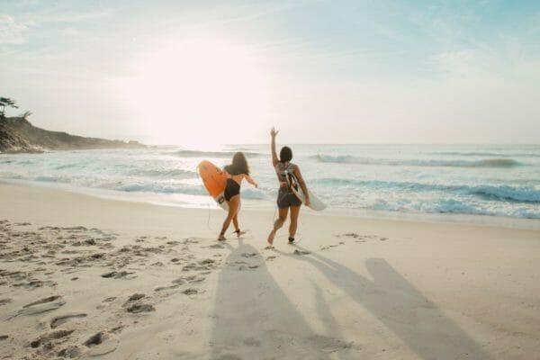 海で遊んでいるとき日焼けしてしまったせいでシミやシワが増えてしまった女性のイメージ