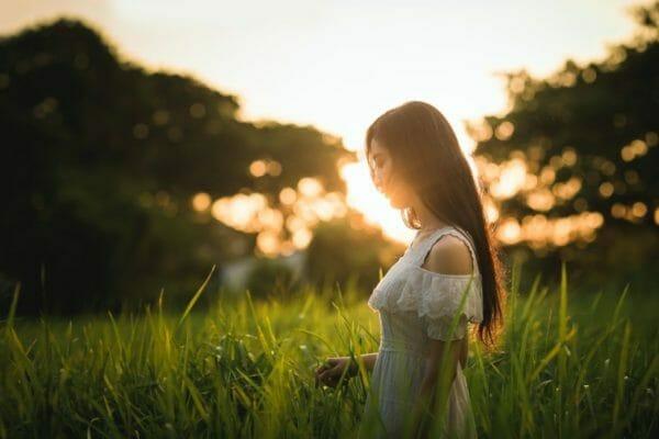 夏に日焼けして活性酸素がたくさん出てしまって肌が黒くなる女性もイメージ
