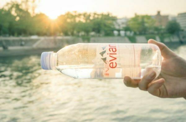 ダイエットのために1日2リットル飲んでいる水のイメージ