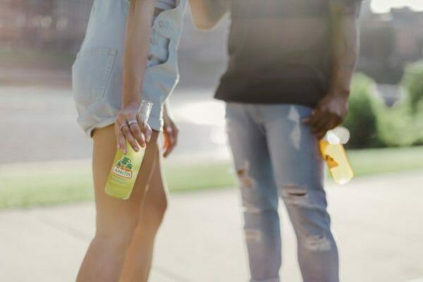 ダイエットのためにゼロカロリーの炭酸水を飲んでいる若者のイメージ