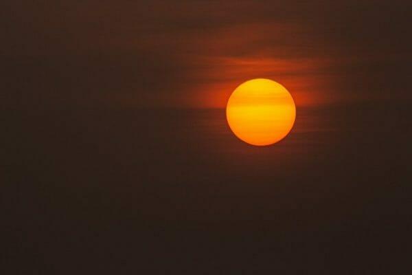 細胞が死んでしまい老化が進む原因となる紫外線を放つ太陽のイメージ