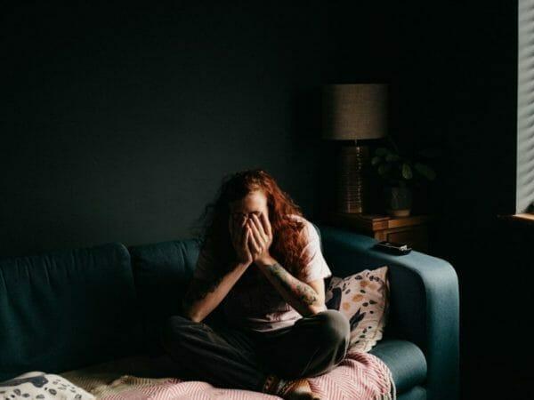 雨が原因で自律神経が乱れイライラしている女性のイメージ