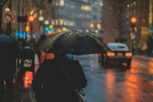 雨の日に頭痛や吐き気でしんどくなってしまう人のイメージ
