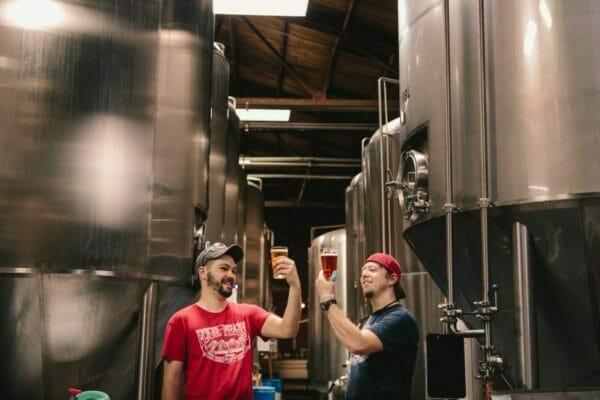 美味しいノンアルビールをつくっている工場で働く人たちのイメージ