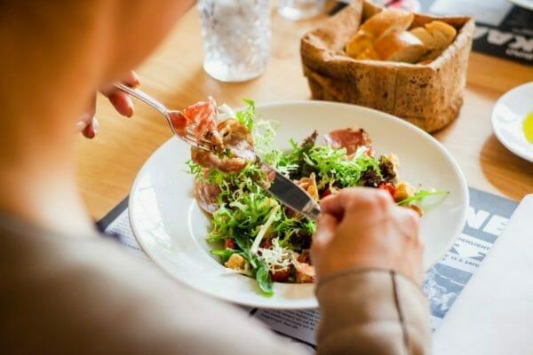 更年期で痩せにくきなったのでダイエットで食べているサラダのイメージ