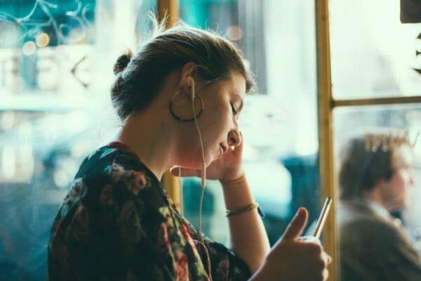 むくみのげんいんがコルチゾールだとわかり、改善法を調べている女性のイメージ